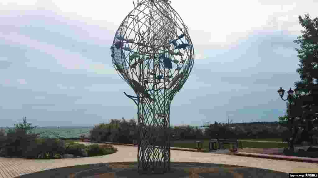 Памятник «Дары моря» также установлен на набережной города