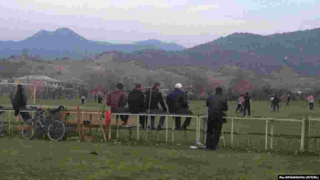 დუისელი ახალგაზრდები ფეხბურთის თამაშს უყურებენ