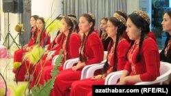 Türkmen gyzlary Aşgabatda geçirilýän resmi çäreleriň birine gatnaşdyrylýar.
