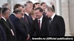 Президент Узбекистана Шавкат Мирзияев пожимает руку российскому миллиардеру узбекского происхождения Алишеру Усманову на встрече официальных делегаций Узбекистана и России в Кремле, 5 апреля 2017 года.