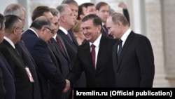 Алишер Усманов встретил президента Шавката Мирзияева в составе официальной делегации РФ в ходе визита главы Узбекистана в Москву в 2017 году.