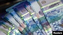 Банкноты номиналом 10 тысяч тенге. Иллюстративное фото.