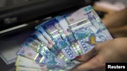 Банкноты тенге номиналом 10 тысяч. Иллюстративное фото.
