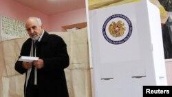 Նախագահի թեկնածու Պարույր Հայրիկյանը ընտրությունների օրը՝ փետրվարի 18-ին, արխիվ