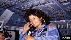 Салли Райд на борту космического корабля, 1983 год