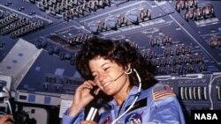 Астронавт Салли Райд Challenger шаттлында. Маусым, 1983 ж.