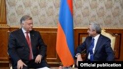Президент Армении Серж Саргсян принимает главу РЖД Владимира Якунина (слева), Ереван, 18 июня 2014 г. (Фотография - пресс-служба президента Армении)