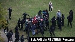 """Белорусские полицейские """"быстро реагируют"""", на появление нескольких демонстрантов. Минск, 11 октября 2020"""