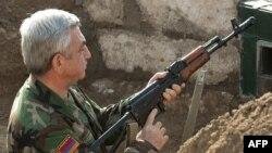 Arxiv fotosu: Ermənistan prezidenti Serzh Sarkisian Qarabağda əli silahlı.