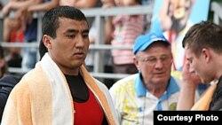 Ауыр атлет Алмас Өтешов Қазақстан чемпионатында олимпиада жолдамасын алған сәті. Талдықорған, 7 маусым. 2012 жыл.