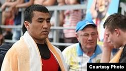 Казахстанский тяжелоатлет Нурлан Утешов (слева).