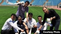 Aksiya keçirən jurnalistlər, Fanat.az saytının fotosu