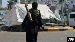 Шиит козголоңчуларга каршы чыккан жикчил кыймылдын мүчөсү Аден шаарындагы Бадр аскер базасында. 26-март, 2015