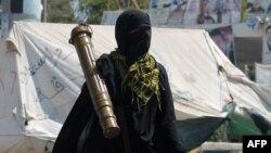 """Женщина-боец одного из племенных боевых отрядов """"южных"""" йеменских сепаратистов, противостоящих хуситам, с ПЗРК в руках. 26 марта"""
