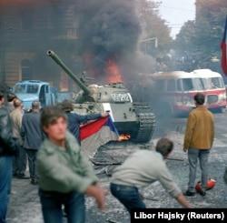 Чехи строят ограждения и атакуют советские танки перед зданием Чешского радио в Праге, 1968 год