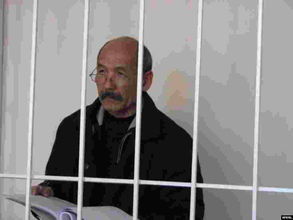 Бул ишти айыпталуучу саясий тапшырма катары баалады - Kyrgyzstan -- A Trial of the Former Minister Ishenbay Kadyrbekov, Bishkek 20nov2008