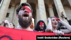 «Оккупация видна и одним глазом» – такой плакат можно увидеть в руках митингующих