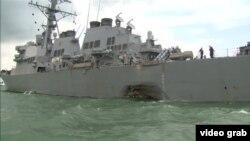 Американский эсминец «Джон Маккейн» с пробоиной, полученной в результате столкновения с танкером.