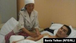 Кайрат Досмагамбетов с матерью в больничной палате.