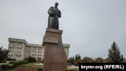 Покладання квітів до пам'ятника Тарасу Шевченку у 206 річницю з дня його народження