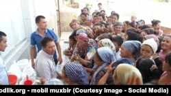 Uzbeks line up to buy sugar in the Jizzakh region earlier this month. Prices are rising, and tensions along with them.