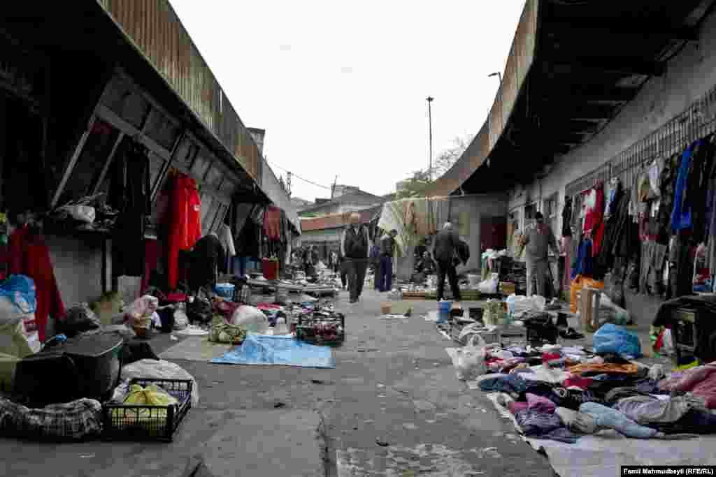 """Gününü-güzəranını bu bazarda keçirmiş satıcılar deyir ki, """"rus bazarı"""" hələ sovet dönəmindən - 1941-45-ci illərdən var."""