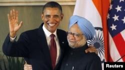 د امریکا ولسمشر بارک اوباما د هند لومړي وزیر من موهن سره په غېږ روغبړ کوي.