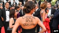 «دنبال نقش میگردم، با من تماس بگیرید» نوشته ای با حروف درشت بر پشت خانم جوانی در فستیوال کن