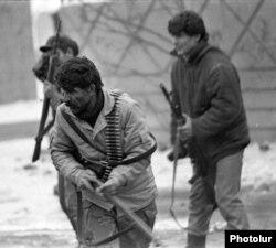 Erməni yaraqlıları azərbaycanlılarla qarşıdurma zamanı, Ermənistanın Azərbaycan sərhədinə yaxın Yerasxavan şəhəri, 1989