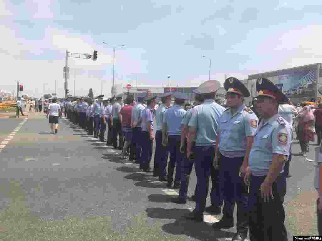 Мешіт алдындағы наразылықты бақылап тұрған полиция қызметкерлері.