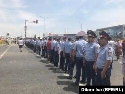 Мешіт алдындағы наразылықты бақылап тұрған полиция қызметкерлері. Шымкент, 27 маусым 2019 жыл.