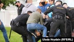 Співробітники поліції затримують демонстрантів, Мінськ, 14 липня 2020 року