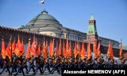 Военнослужащие маршируют на Красной площади во время парада