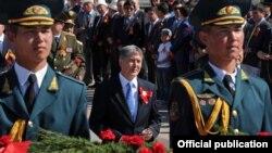 Президент Алмазбек Атамбаев (ортодо). 2012-жылдагы Жеңиш майрамы