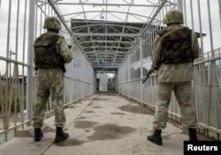 Ош оқиғасы кезінде Қырғызстанмен шекарадағы көпір аузында тұрған өзбек сарбаздары. 16 маусым 2010 жыл.