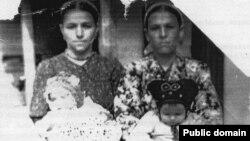 Алиме Мамбетова с дочерью Мерьем на руках. Узбекистан, Андижанская область, пос. Палванташ, 1951 год
