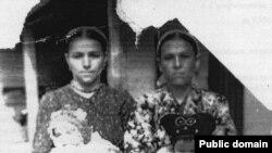 Аліме Мамбетова з дочкою Мер'єм на руках. Узбекистан, Андижанська область, сел. Палванташ, 1951 рік