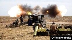 Українські солдати застосовують артилерію. Літо 2014 року