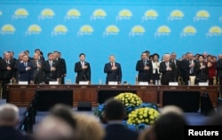 Президент Казахстана Нурсултан Назарбаев (в центре) на съезде партии «Нур Отан». Астана, 11 марта 2015 года.