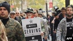 """""""Ирак ветерандары согушка каршы"""" коомунун Нью-Йорк шаардык бөлүмүнүн мүчөлөрү жана башка ветерандар """"99% ветерандар"""" жүрүшү маалында. 2-ноябрь 2011"""
