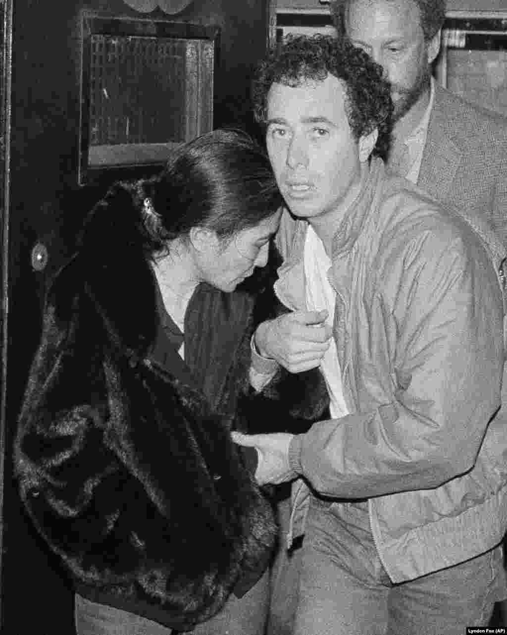 În această fotografie făcută în ziua de 9 decembrie 1980, Yoko Ono și producătorul de discuri David Geffen părăsesc spitalul Roosevelt din New York, după moartea soțului ei, John Lennon.