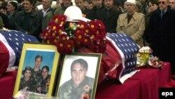 Pamje nga homazhet në Prishtinë, në nderim të vëllezërve Bytyçi, më 27 shkurt 2002.