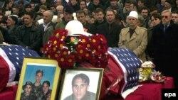 Njerëzit i nderojnë kufomat e tre vëllezërve Bytyçi në Prishtinë, më 27 shkurt 2002