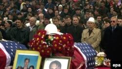 Homazhe vëllezërve Bytyçi para nisjes për në SHBA. Prishtinë, 27 shkurt 2002.