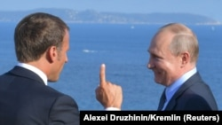 Emmanuel Macron (solda) və Vladimir Putin (Foto arxivdəndir)