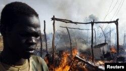 Южносуданский солдат на месте удара, нанесённого суданскими самолётами у населённого пункта Бентиу, 23 апреля 2012 года