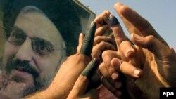 Предводителя иракских шиитов аль-Хакима (на плакате) пригласили в Белый дом после сокрушительного поражения партии Буша на выборах в конгресс
