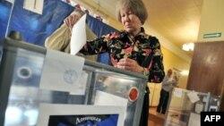 Жінка голосує на «референдумі» у Донецьку, 11 травня 2014 року