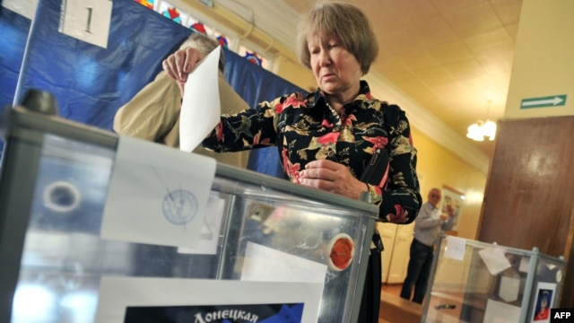 A woman casts her ballot in the eastern Ukrainian city of Donetsk in the May 11 referendum called by pro-Russian separatists.