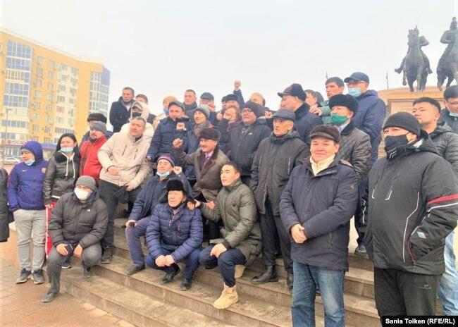 Макс Бокаев на центральной площади города фотографируется с людьми со всего Казахстана, съехавшимися, чтобы приветствовать его после освобождения, 4 февраля 2021 года.